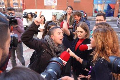 """Media docena de feministas protestan ante la sede de Ciudadanos: """"Vuestro feminismo no nos representa"""""""