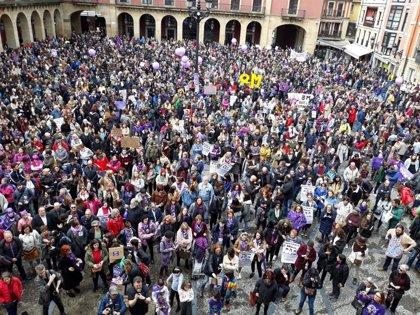 """""""La noche y la calle, también son nuestras"""", gritan desde la plaza Mayor en pro de los derechos de las mujeres"""
