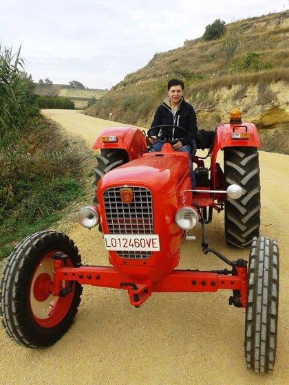 Chelo Valgañón de Fonzaleche (La Rioja) una apasionada restauradora de tractores antiguos