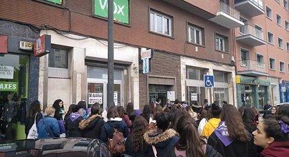 """Vox denuncia """"gritos y amenazas"""" de la concentración feminista ante su sede de Avilés"""