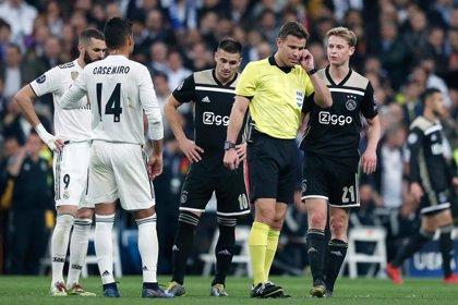 """UEFA explica que """"no hubo evidencia concluyente"""" de que el balón saliera en el gol del Ajax"""