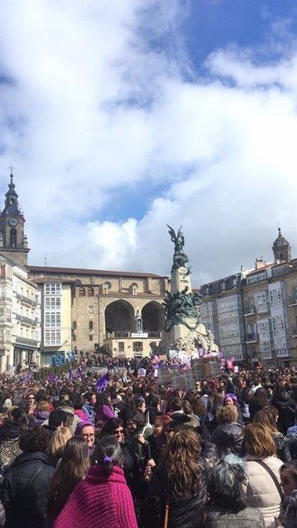 Cientos de personas apoyan en Vitoria la reivindicación del movimiento feminista
