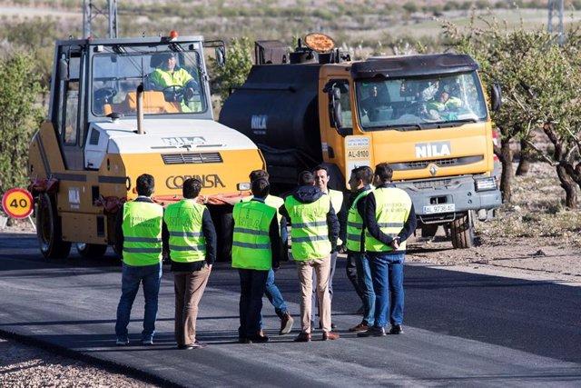 El presidente de la Diputación visita las obras en la carretera AL-8100.