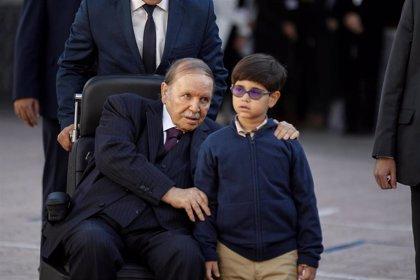 Dimiten siete altos cargos del partido gubernamental de Argelia por su rechazo a Buteflika