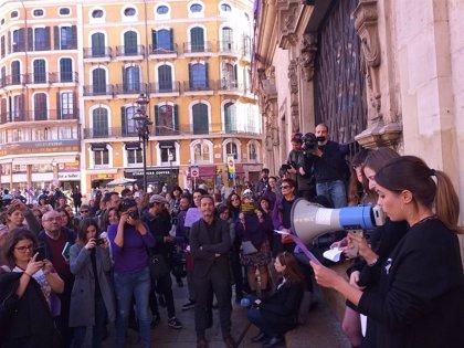 """Prop de 200 periodistes es concentren en Cort per exigir """"una comunicació digna i feminista"""""""