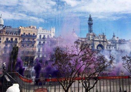 Reyes Martí homenajea a la mujer el 8M con una 'mascletà' que cubre la Plaza del Ayuntamiento de morado y negro