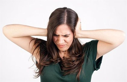 ¿Por qué se pierde temporalmente la audición al escuchar ruidos fuertes?