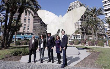 La escultura 'La Mariposa' de Valdés se instala en la Plaza Galicia de Alicante