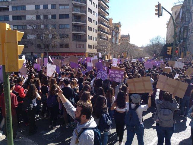 """8M.- AMP2.- Milers d'estudiants és manifesten a Palma contra la """"violència mascl"""