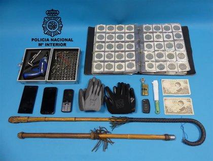Detenidos dos varones en Vigo por sustraer objetos en un comercio de numismática con un valor superior a 3.000 euros