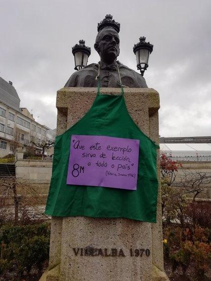 Ponen un delantal por el 8M al busto de Fraga en Vilalba