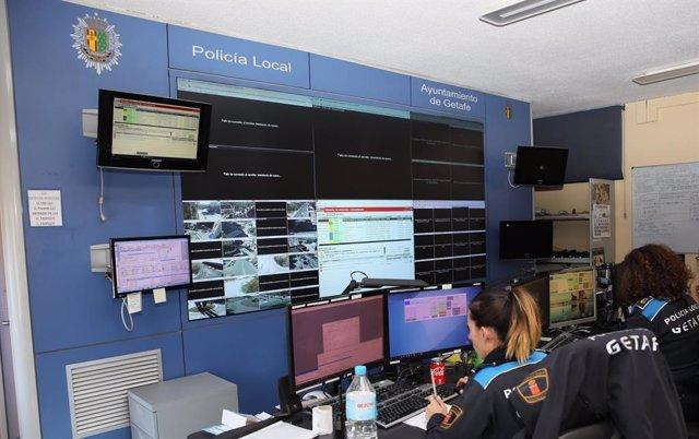 Policía Local de Getafe atienden llamadas en una comisaría