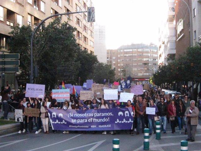 8M.- Miles de personas secundan en Badajoz la manifestación del Día de la Mujer