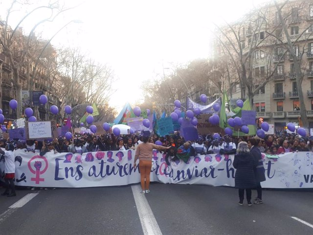 8M.- Milers de persones omplen la Gran Via de Barcelona en la manifestació femin