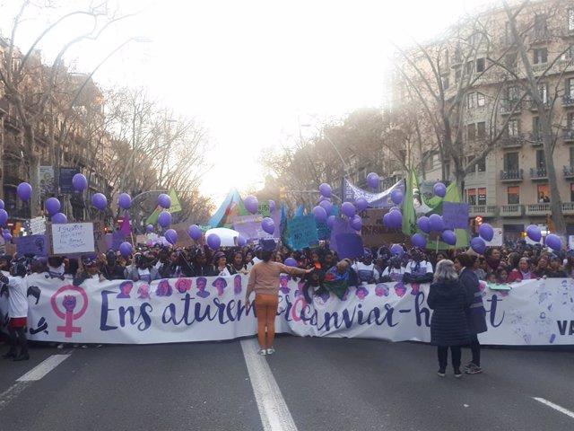 8M.- Milers de personis omplen la Gran Via de Barcelona en la manifestació femin