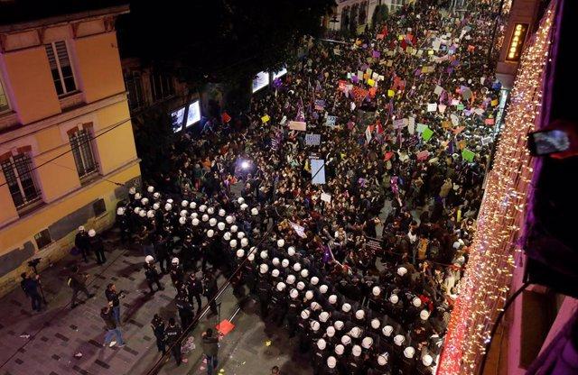 Turquía.- La Policía dispersa con gases lacrimógenos una manifestación en Estamb
