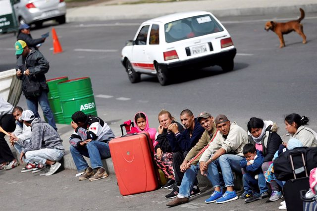 Venezolanos en Colombia esperando a cruzar a Ecuador