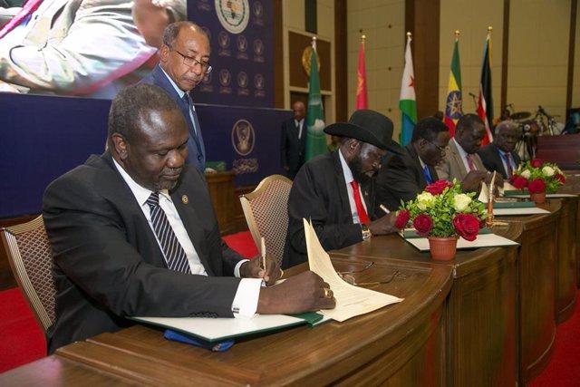 Riek Machar y Salva Kiir firman el acuerdo de paz