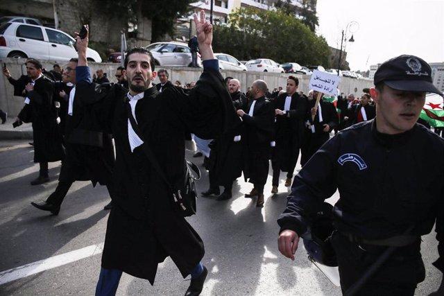 Argelia.- Miles de abogados se suman a las manifestaciones contra la candidatura