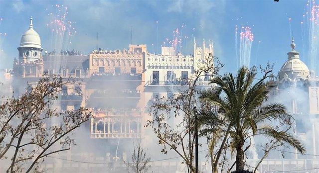 Fallas.- La Pirotecnia Aitana ensordece la Plaza del Ayuntamiento con un potente