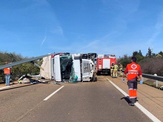 Sucesos.- Un camión accidentado corta la A-5 en sentido a Madrid a la altura de