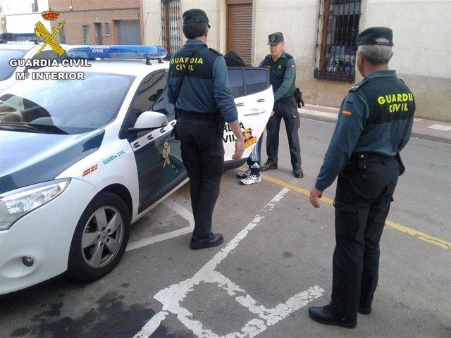 Sucesos.- Detenido tras incendiar presuntamente varios vehículos, pastos y conte