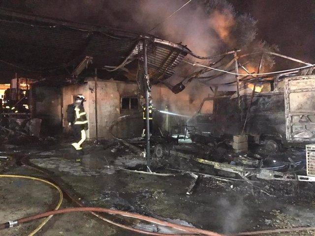 Sucesos.- Catorce atendidos en el incendio de una caravana, una infravivienda y