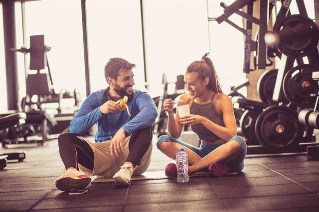 La práctica deportiva de alta intensidad puede afectar a la salud bucodental, se