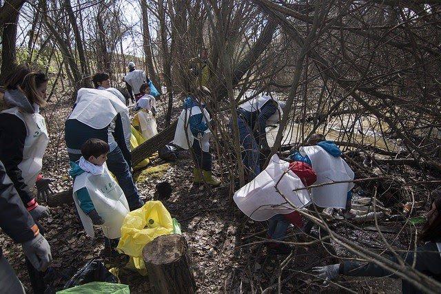 Colectivos cántabros liberarán de 'basuraleza' el arroyo de Sámano y la ría de P