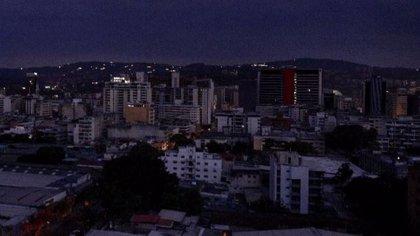 El Gobierno de Venezuela extiende por 24 horas suspensión de actividades por apagón