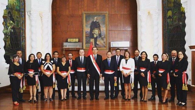 El presidente de Perú juramenta a su nuevo gabinete ministerial con la incorpora