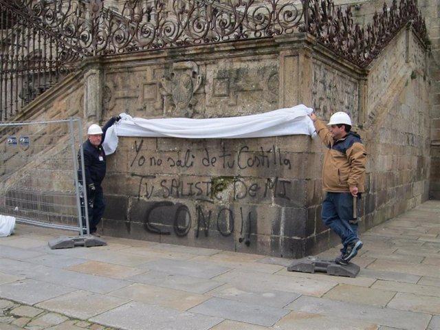 Realizan varias pintadas vandálicas en la Catedral de Santiago