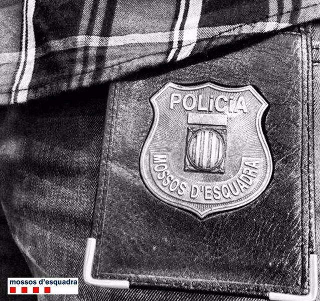 Escudo de los Mossos d'Esquadra en el uniforme