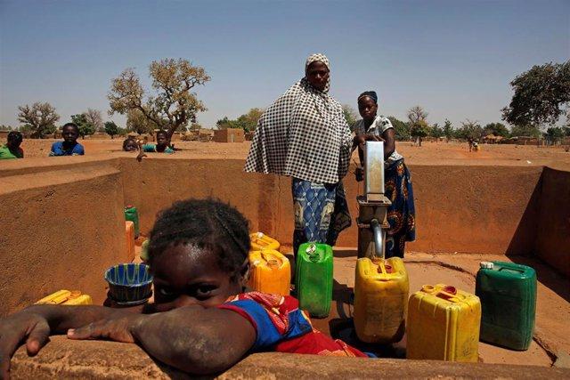 Mujeres recogen agua en una localidad próxima a Uagadugú
