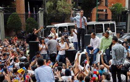 Manifestantes venezolanos a favor de Guaidó salen a las calles para exigir la restauración del servicio eléctrico