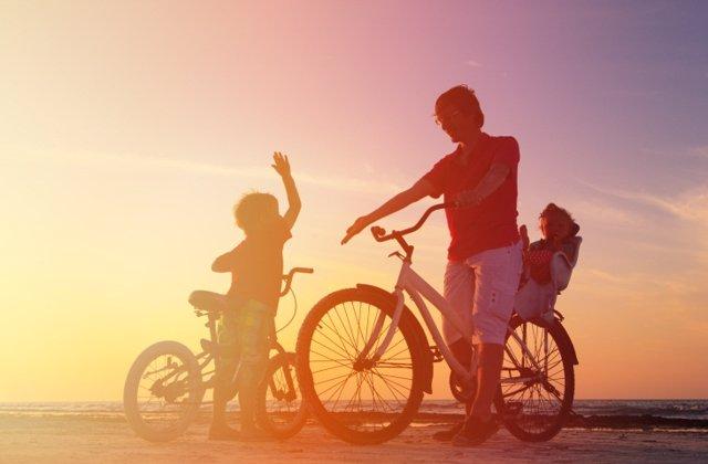 Padre e hijo montando en bicicleta