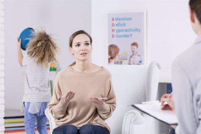 TDAH, madre en consulta terapeuta