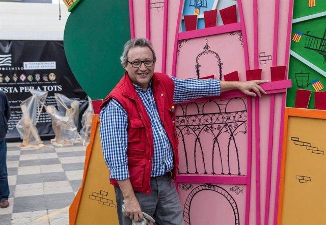Fallas.- El artista fallero Juanjo García, herido en la plantà del monumento de