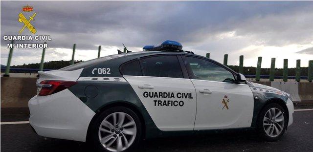 Detingut per intentar escanyar la seua parella menor d'edat mentre circulaven pe