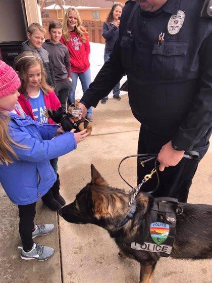 Una niña con un tumor incurable amante de los animales recibe la visita de perros policía
