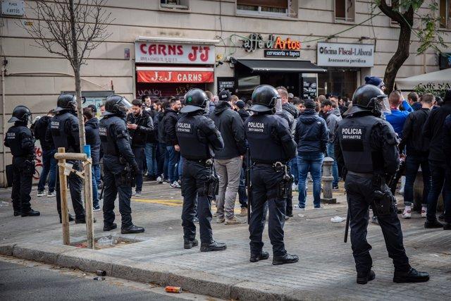 Ultras de l'Olympique de Lyon recorren las calles de Barcelona antes del partido del Barça