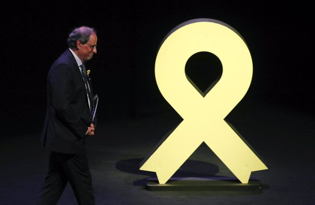 Quim Torra pasa por delante de un lazo amarillo
