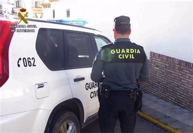 Agente de la Guardia Civil durante las pesquisas por la agresión.