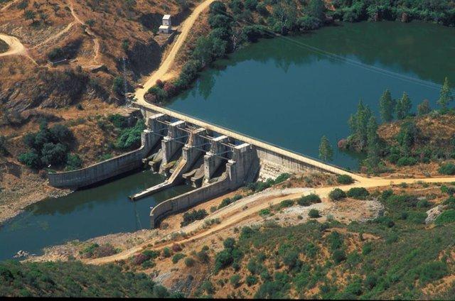 Sevilla.-Alumnos del IES Fernando de Herrera visitan la planta hidroeléctrica de