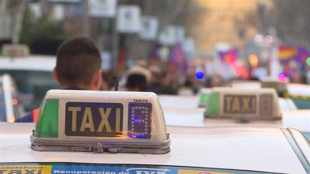 """Los taxistas se manifiestan en el Paseo del Prado de Madrid contra """"la privatiza"""