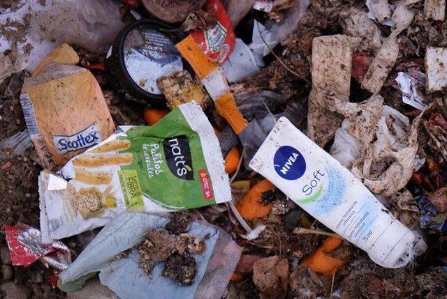 Voluntarios de Greenpeace denuncian la contaminación de envases de plástico en u