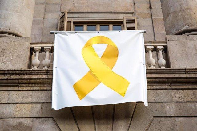 Identificades cinc persones per treure el llaç groc de l'Ajuntament de Barcelona
