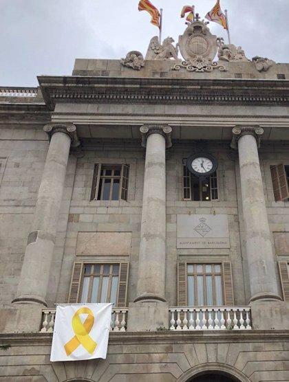 El Ayuntamiento de Barcelona retira el lazo amarillo de la fachada del consistorio