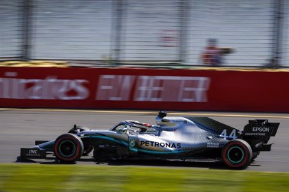 Hamilton manda desde el primer día en Melbourne y Sainz empieza decimocuarto