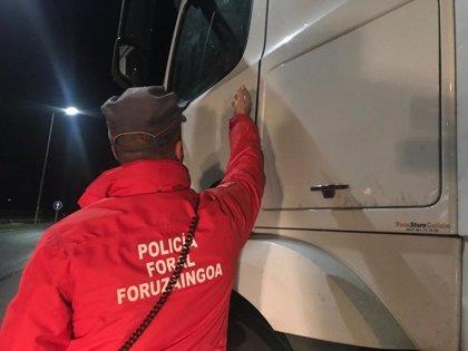 Las distracciones al volante, objetivo de una campaña especial de tráfico de las policías de Navarra